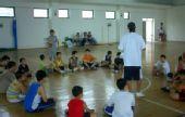 图文:2008李秋平篮球俱乐部 教练与学员们互动