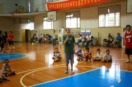 图文:2008李秋平篮球俱乐部 外教示范讲解要领