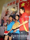 图文:乒乓球奥运会冠军校园行 和小选手合影
