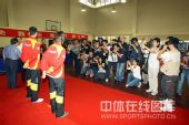 图文:乒乓球奥运会冠军校园行 奥运冠军的背影