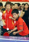 图文:奥运冠军校园行 小球员一招一式颇有风范