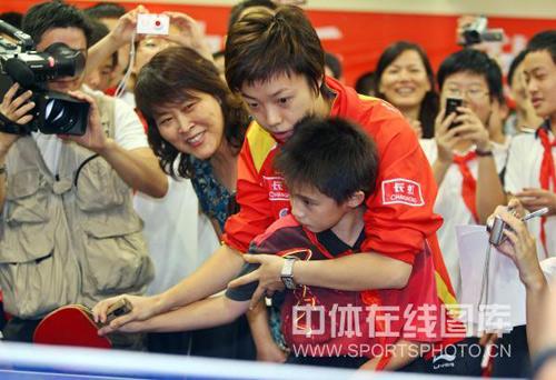 图文:乒乓球奥运会冠军校园行 张怡宁手把手教
