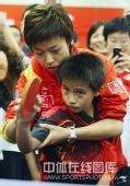 图文:乒乓球奥运会冠军校园行 握拍姿势要正确