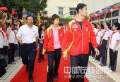 图文:乒乓球奥运会冠军校园行 王励勤东张西望