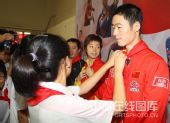 图文:乒乓球奥运冠军校园行 给王励勤戴红领巾