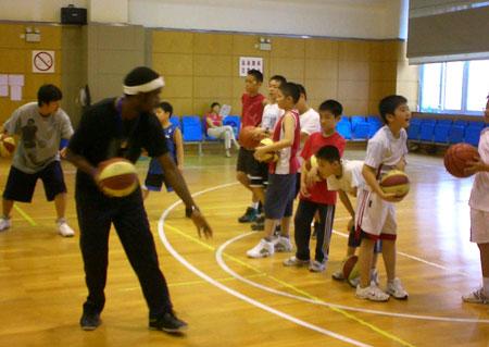 图文:2008李秋平篮球俱乐部 外教展示基本功