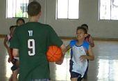 图文:2008李秋平篮球俱乐部 学员练习无球跑位