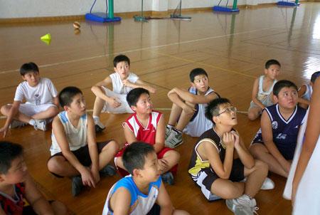 图文:2008李秋平篮球俱乐部 小学员们认真聆听
