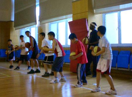 图文:2008李秋平篮球俱乐部 学员们有模有样