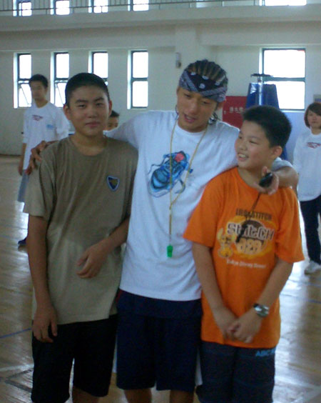 图文:2008李秋平篮球俱乐部 小学员受褒奖