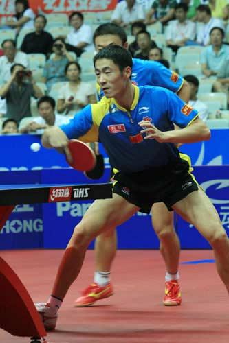 图文:中国乒球公开赛男双首轮 王励勤马琳配合