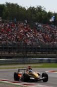 图文:F1意大利站第二次练习 阿隆索驶过弯道