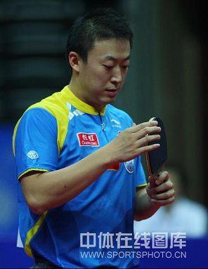 图文:中乒赛男单首轮国乒全胜 马琳观察球拍
