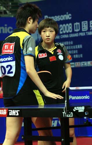 图文:女双比赛国乒喜忧参半 她们在说悄悄话