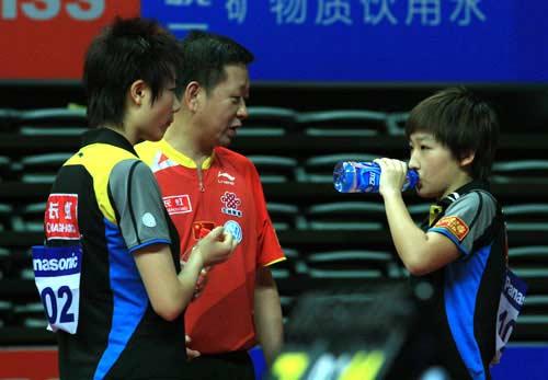 图文:女双比赛国乒喜忧参半半 刘诗雯聆听指导