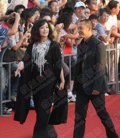 上届影帝富大龙与刘晓庆走红毯