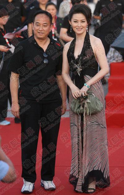 王思懿与《五品县令》剧组同走红毯