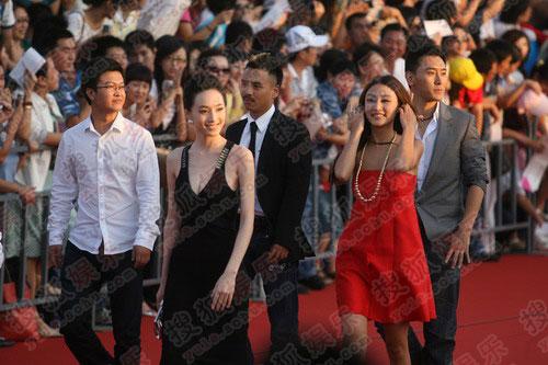 百花电影节国产新片展代表集体踏上红毯