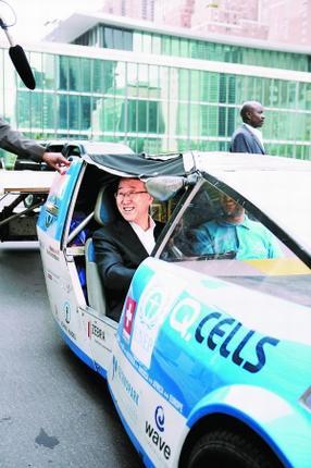 潘基文乘太阳能汽车上班