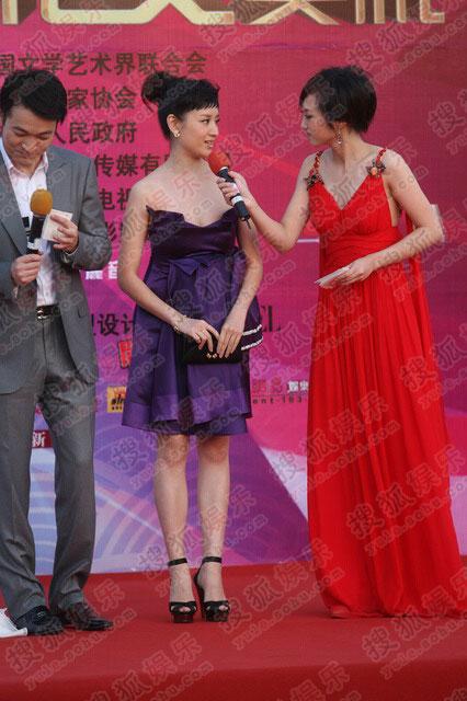 董洁一袭紫色小裙装 造型模仿奥黛丽赫本