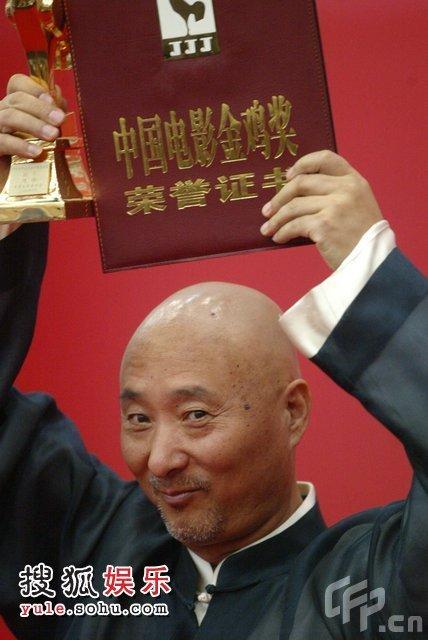 陈佩斯替父领奖 后台灿笑展示奖杯证书