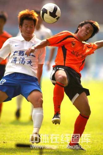图文:[中超]广州2-1武汉 周燎拼抢