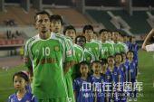 图文:[中超]河南1-2北京 堤亚哥目不转睛