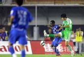 图文:[中超]河南1-2北京 贝贝护球瞬间