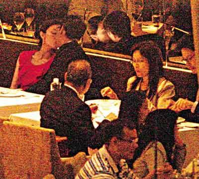 嘉欣与亨亨忘形地在餐厅调情,令隔壁的食客为之侧目
