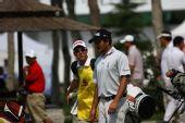 图文:青岛高尔夫公开赛决赛 球员与球童交流