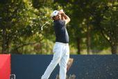 图文:青岛高尔夫公开赛决赛 球员大力挥杆