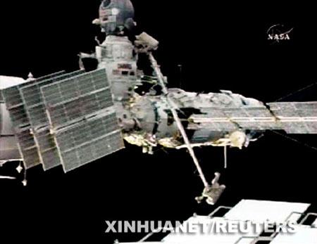 这张美国国家航空和航天局7月15日发布的电视截图显示,俄罗斯宇航员沃尔科夫(顶部)和科诺年科(底部)在国际空间站外执行任务。莫斯科时间15日晚到16日凌晨,国际空间站两名俄罗斯宇航员完成了6个小时的太空行走,在空间站外成功安装了飞船对接装置和用于地震预报的实验装置。 新华社/路透