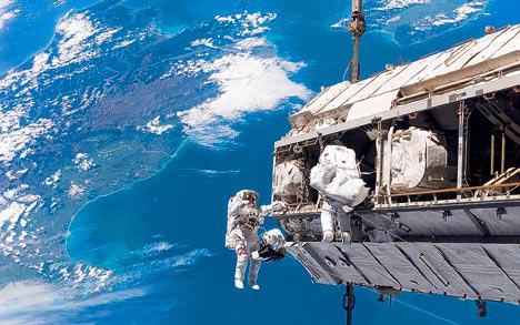 宇航员出舱工作