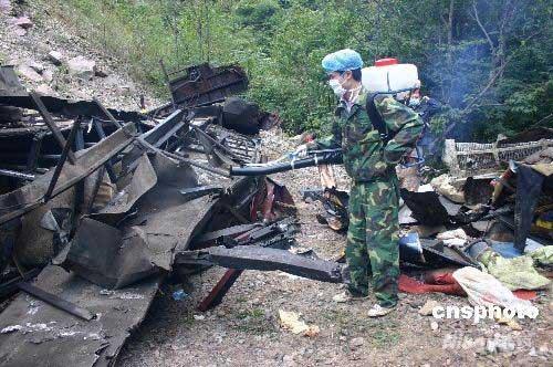 陈家山段翻下百余米悬崖,客车在坠崖过程中发生燃烧,车祸造成车上51人图片