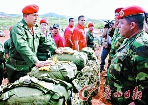 13日,查韦斯(左)在现场观摩军事演习。
