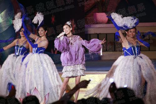 图:黄圣依献歌央视秋晚 唱《不胜依依》