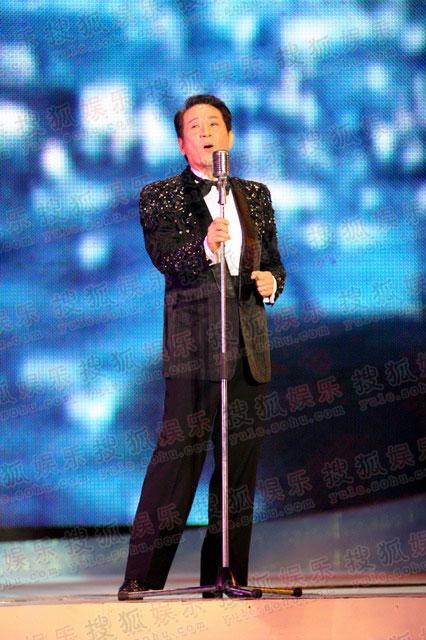 图:青山为秋晚献唱老歌《今宵多珍重》