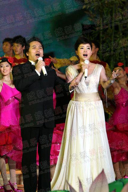 图:央视08秋晚佟铁鑫-王莉共唱《月圆中秋》
