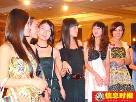 不少靓女盛装出席相亲会。时报记者 徐毅儿 摄