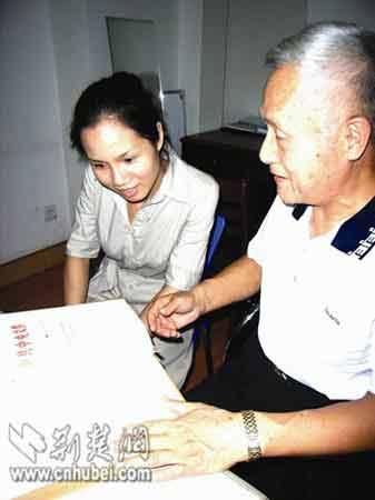 重新翻看案卷,吴天启老人向年轻同事讲述大案背后的故事