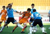 图文:[中超]青岛2-1大连 刘健突破重围