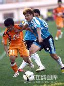 图文:[中超]青岛2-1大连 姜宁遭包夹