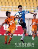 图文:[中超]青岛2-1大连 郑龙PK胡兆军