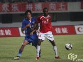 图文:[中超]深圳2-0上海 约翰森背身护球