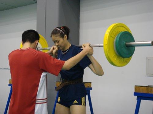 图文:中国女排轻松训练 增加重量继续训练