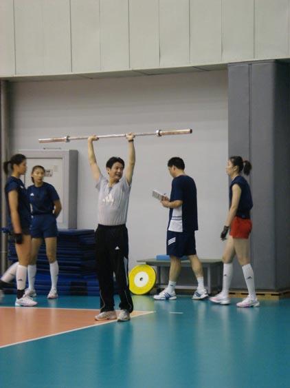 图文:中国女排轻松训练 陈忠和趣味示范