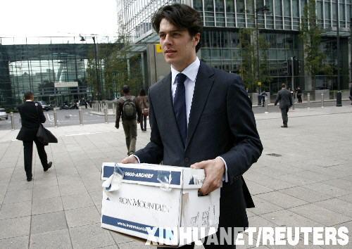 9月15日,一名雷曼公司员工拿着打包的私人物品离开英国首都伦敦的雷曼兄弟投资银行办公室。由于陷于严重的财务危机,美国第四大投资银行雷曼兄弟公司当日宣布将申请破产保护。新华社/路透