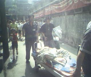 图为:母子被送上救护车