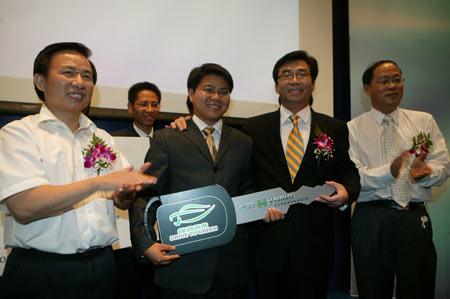 国家环境保护部副部长李干杰与上海通用汽车总经理丁磊为一等奖团队颁发君越ECO-Hybrid混合动力车钥匙模型