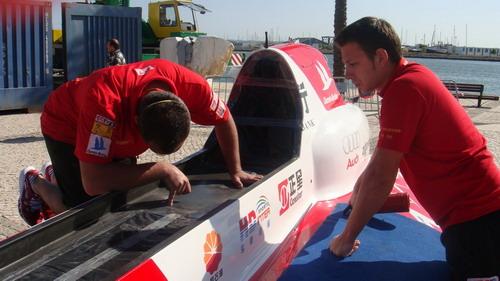 图一:中国天荣F1摩托艇招商银行队机械师认真检查F1摩托艇